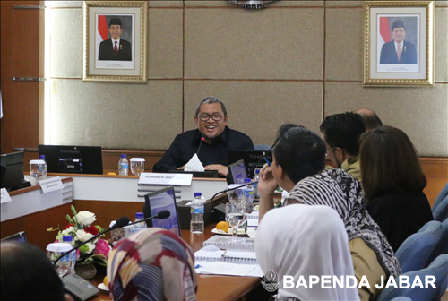 Gubernur Provinsi Jawa Barat, Ahmad Heyawan memberikan sambutan sekaligus ucapan selamat datang kepada rombongan dari Kementerian Dalam Negeri (Kemendagri), Selasa (21/02).. Kunjungan Kemendagri ini dalam rangka meninjau langsung inovasi pelayanan publik Provinsi Jawa Barat, yang sebelumnya juga telah mendapat apresiasi dari KPK dengan menjadi rekomendasi replikasi 17 provinsi di Indonesia. Inovasi tersebut adalah eSamsat, penyelenggaraan pelayanan terpadu satu pintu (PTSP), dan implementasi tunjangan perbaikan penghasilan (TPP).