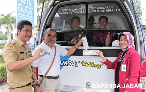 Gensly berkunjung ke layanan Samsat Keliling V-Sat di halaman Gedung Sate setelah sebelumnya mencoba langsung layanan eSamsat, Jalan Dipoengoro.
