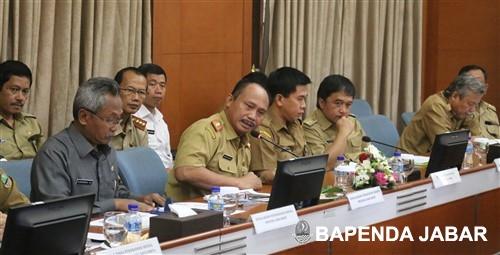 Kepala Badan Pendapatan Provinsi Jawa Barat, Dadang Suharto memberikan paparan mengenai inovasi pelayanan eSamsat. Pelayanan pembayaran pajak kendaraan bermotor (PKB) tahunan melalui ATM ini adalah jawaban bagi masyarakat yang menginginkan pelayanan murah, cepat, aman, dan dapat dilakukan dimana saja serta kapan saja. Struk pembayaran ATM pun telah menjadi bukti pembayaran PKB, termasuk registrasi dan identifikasi kendaraan bermotor, dan Sumbangan Wajib Dana Kecelakaan Lalu Lintas Jalan (SWDKLLJ).