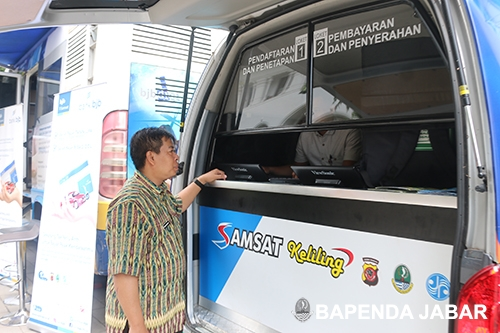 Selain memberikan informasi program dan inovasi pelayanan Bapenda Provinsi Jawa Barat, pengunjung juga dapat langsung membayar pajak kendaraan bermotoe melalui Samsat Keliling (Samling) yang disediakan.