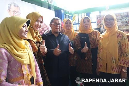 Foto bersama, saat Gubernur Jawa Barat, Ahmad Heryawan mengunjungi both Bapenda Provinsi Jawa Barat.